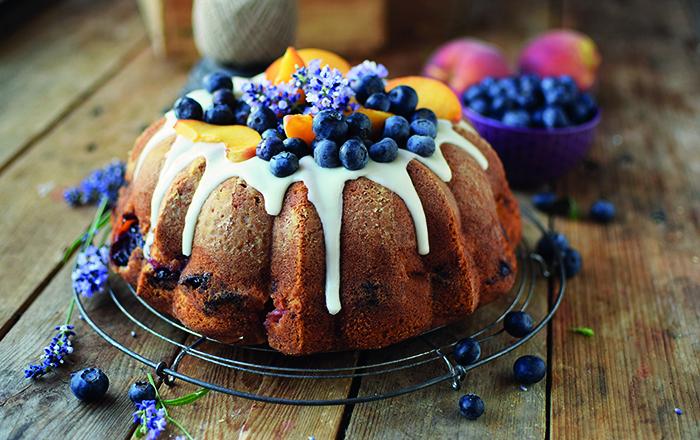 Gugelhupf mit Blaubeeren und Pfirsichen - Bundt Cake with blueberries and peaches