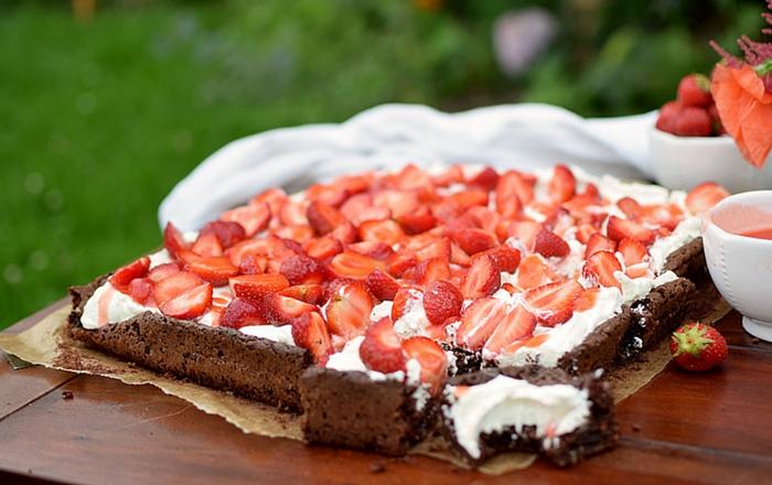 Brownies mit Frischkäse Creme und Erdbeeren und die Entdeckungsreise im Juni