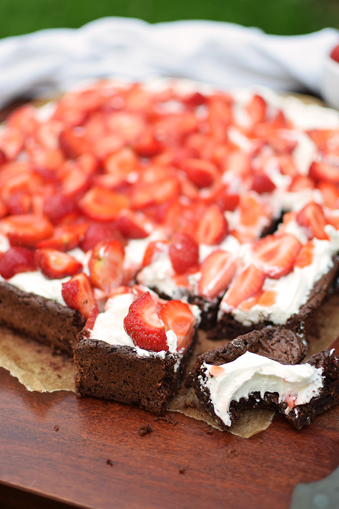 Brownies mit Erdbeeren - Brownies with cream cheese and strawberries (11)
