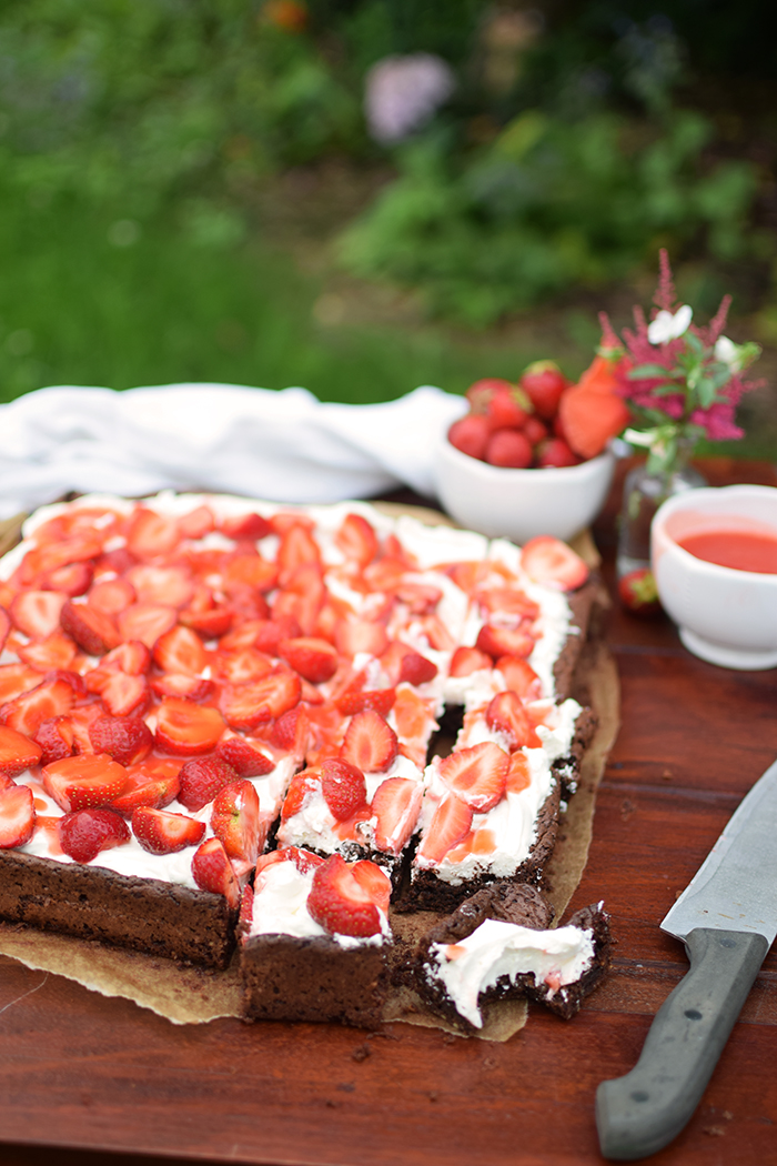 Brownies mit Erdbeeren - Brownies with cream cheese and strawberries (13)