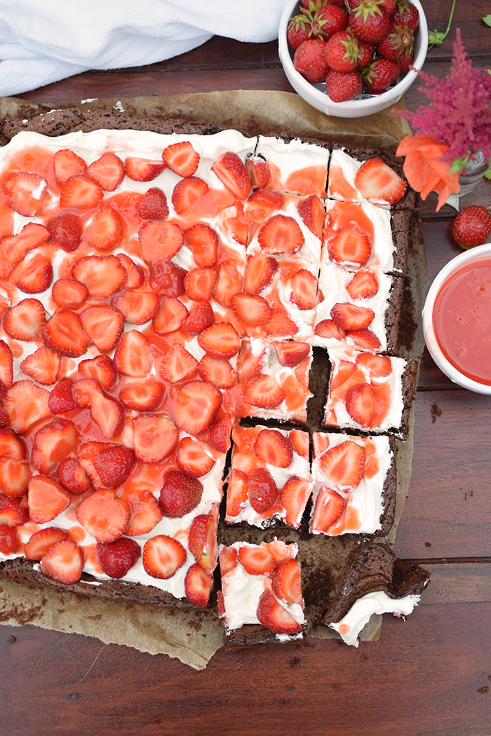 Brownies mit Erdbeeren - Brownies with cream cheese and strawberries (15)