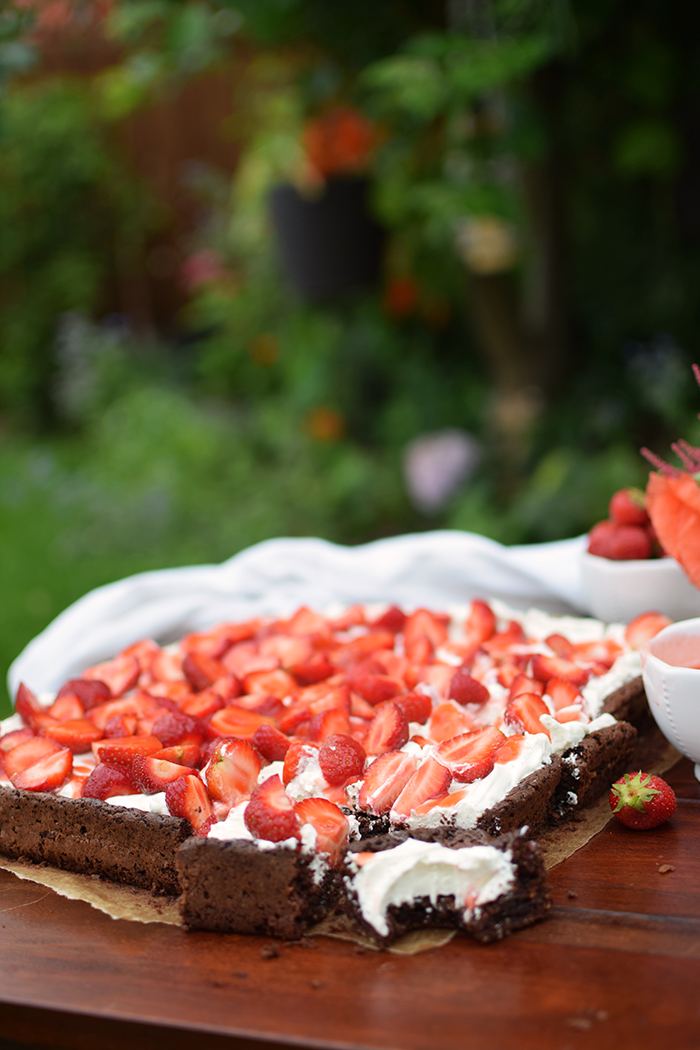 Brownies mit Erdbeeren - Brownies with cream cheese and strawberries (18)
