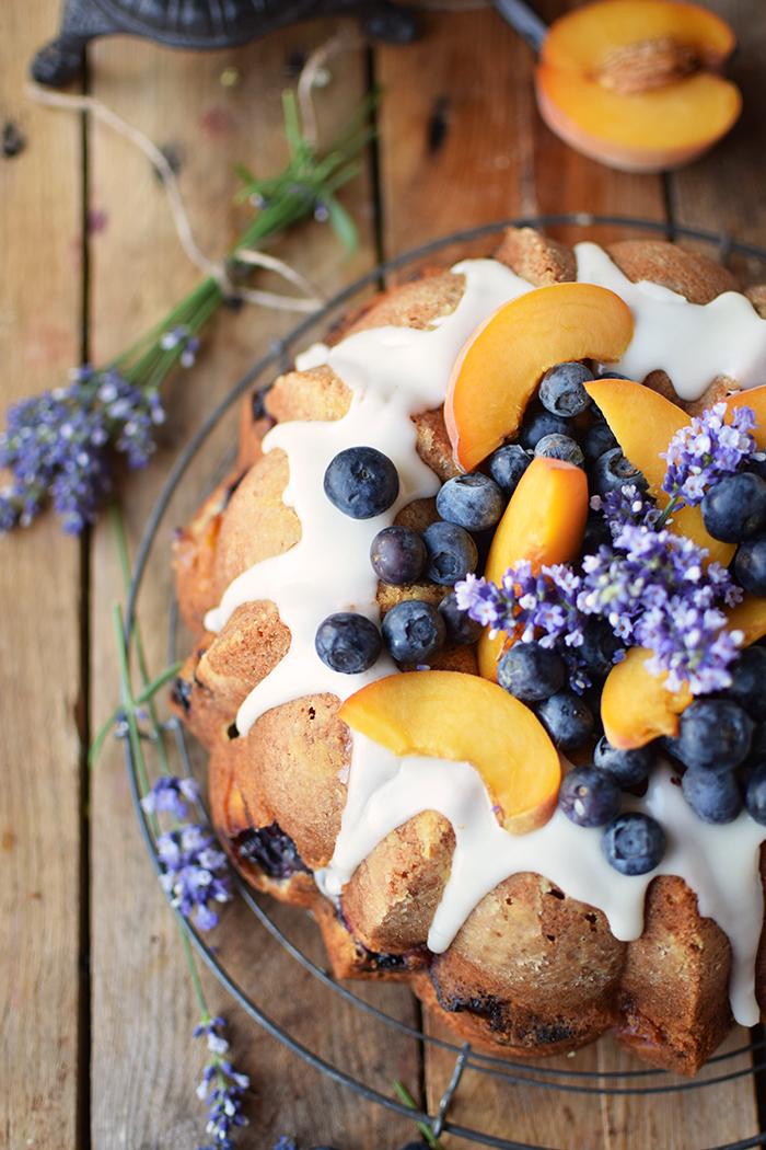 Gugelhupf mit Blaubeeren und Pfirsichen - Bundt Cake with blueberries and peaches (11)
