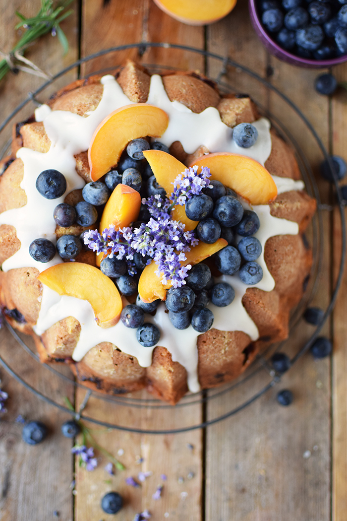 Gugelhupf mit Blaubeeren und Pfirsichen - Bundt Cake with blueberries and peaches (13)