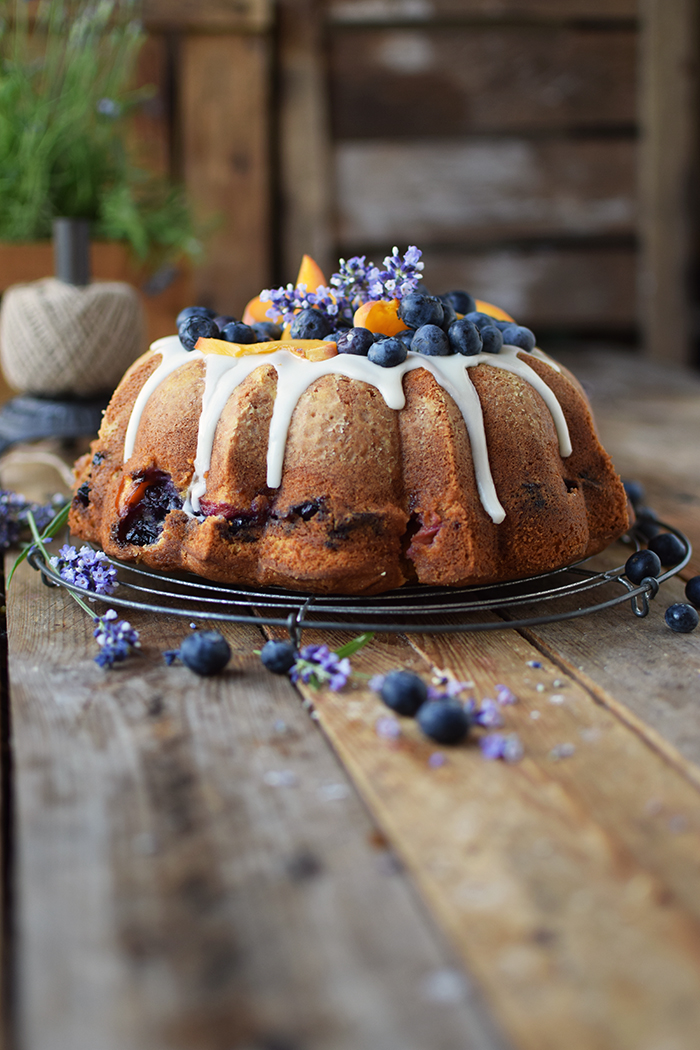 Gugelhupf mit Blaubeeren und Pfirsichen - Bundt Cake with blueberries and peaches (17)