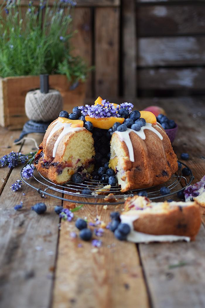Gugelhupf mit Blaubeeren und Pfirsichen - Bundt Cake with blueberries and peaches (18)