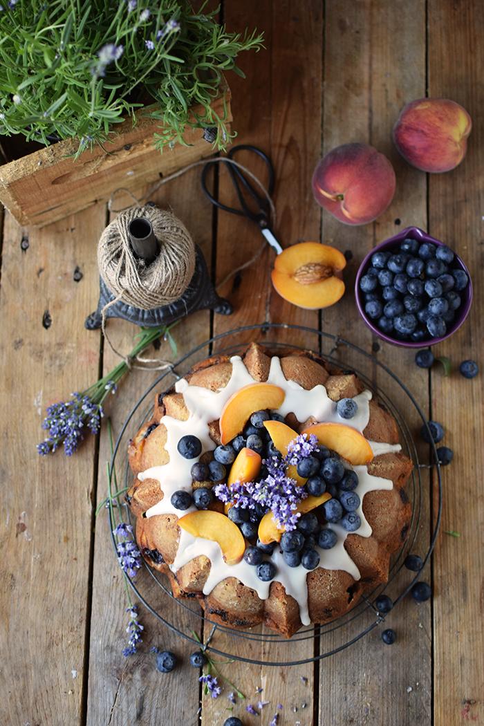 Gugelhupf mit Blaubeeren und Pfirsichen - Bundt Cake with blueberries and peaches (2)