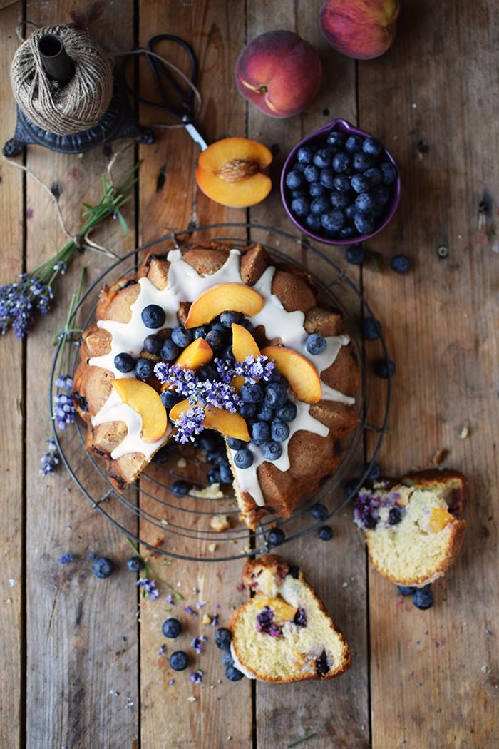Gugelhupf mit Blaubeeren und Pfirsichen - Bundt Cake with blueberries and peaches (20)