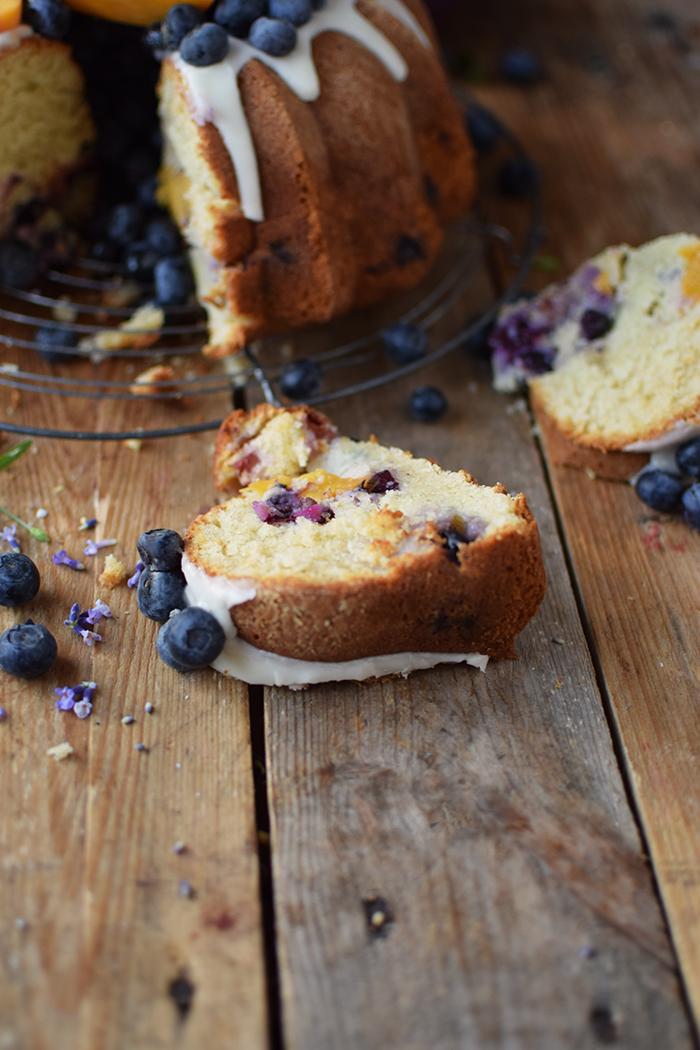 Gugelhupf mit Blaubeeren und Pfirsichen - Bundt Cake with blueberries and peaches (21)