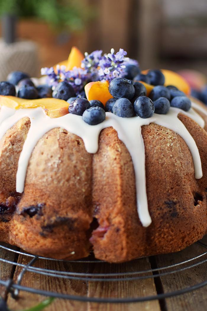 Gugelhupf mit Blaubeeren und Pfirsichen - Bundt Cake with blueberries and peaches (8)