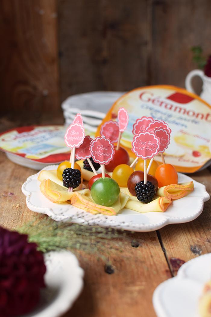 brioche-waffeln-und-kaese-spiesse-und-baguette-broetchen-brunch-mit-freunden-15