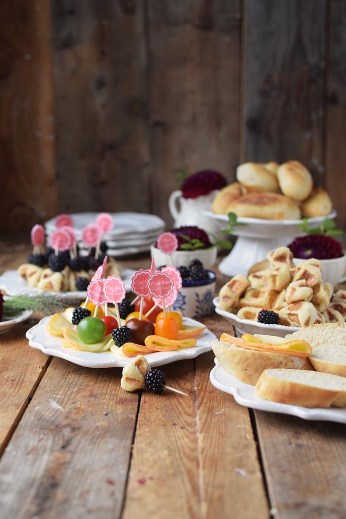 brioche-waffeln-und-kaese-spiesse-und-baguette-broetchen-brunch-mit-freunden-18