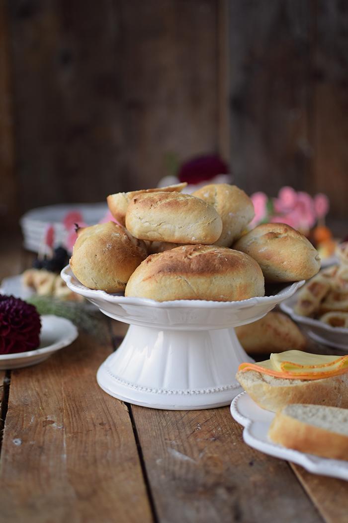 brioche-waffeln-und-kaese-spiesse-und-baguette-broetchen-brunch-mit-freunden-25