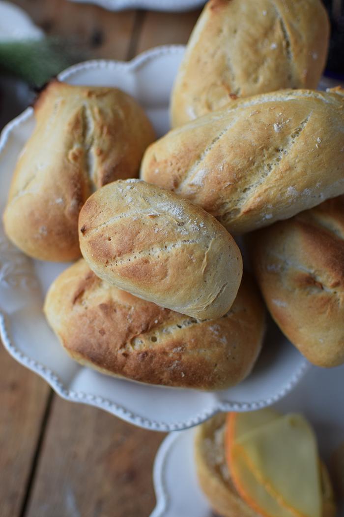 brioche-waffeln-und-kaese-spiesse-und-baguette-broetchen-brunch-mit-freunden-26