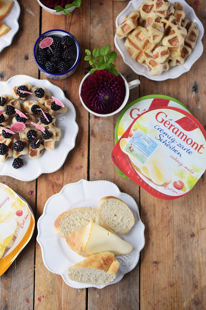 brioche-waffeln-und-kaese-spiesse-und-baguette-broetchen-brunch-mit-freunden-9