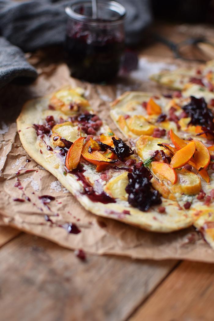 flammkuchen-mit-rotweinzwiebeln-und-kuerbis-tarte-flambe-with-red-wine-onions-and-pumpkin-rezept-13