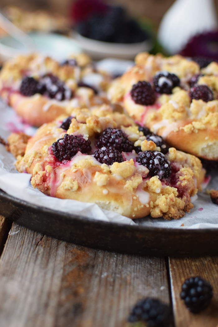 Streuselschnecken mit Brombeeren - Blackberry Crumble Buns (11)