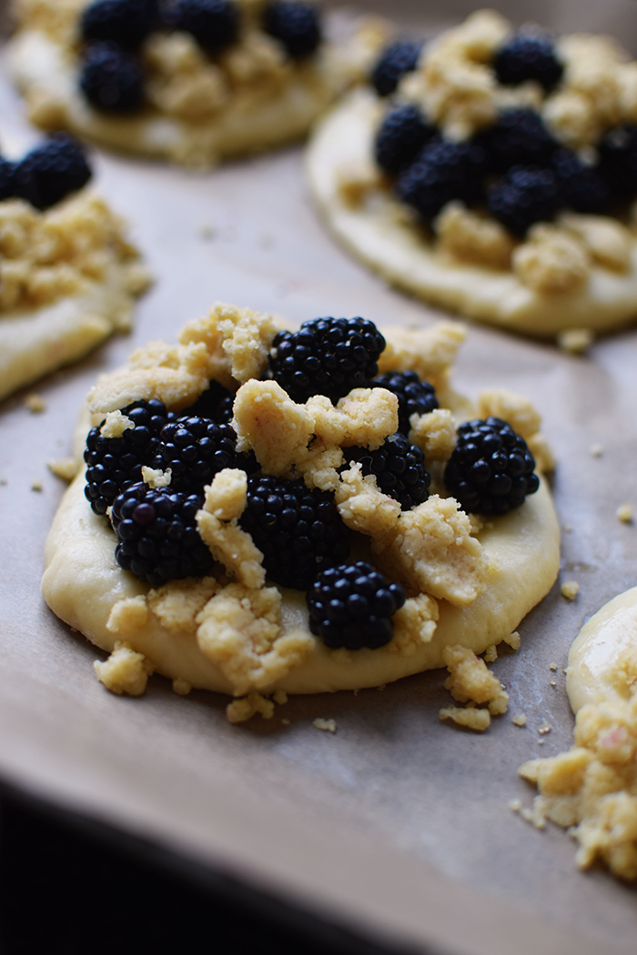 Streuselschnecken mit Brombeeren - Blackberry Crumble Buns (16)