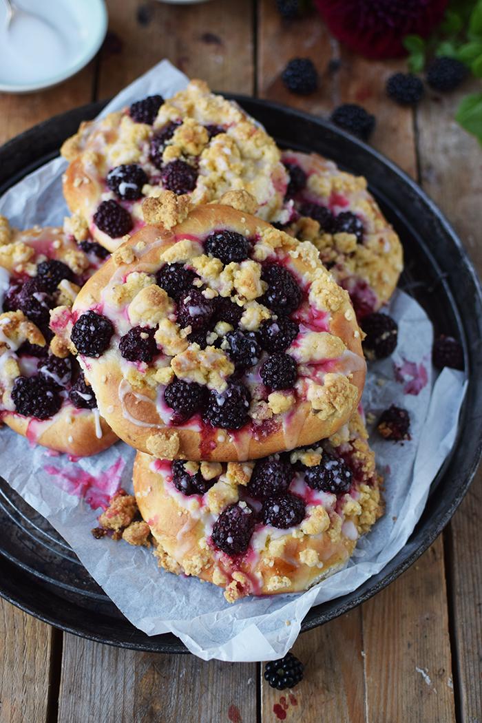 Streuselschnecken mit Brombeeren - Blackberry Crumble Buns (3)