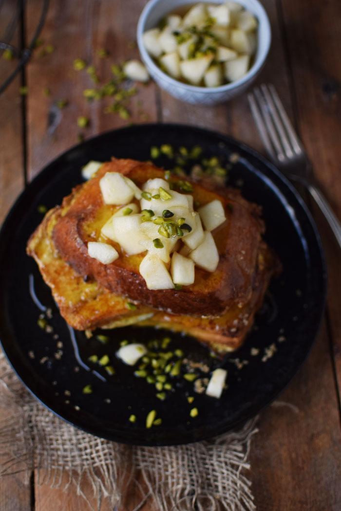 french-toast-mit-birnenkompott-honig-und-pistazien-17