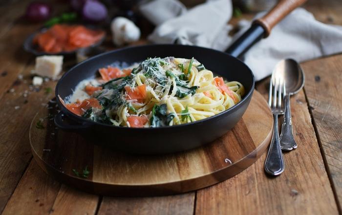 Pasta mit Räucherlachs und Spinat (Werbung)