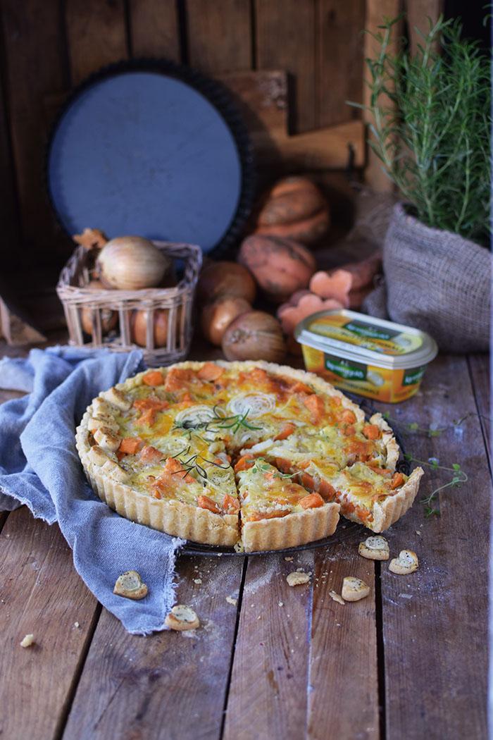suesskartoffel-quiche-mit-karamellisierten-zwiebeln-und-butterschmalz-cheddar-boden-27