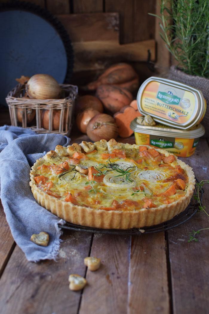 suesskartoffel-quiche-mit-karamellisierten-zwiebeln-und-butterschmalz-cheddar-boden-3
