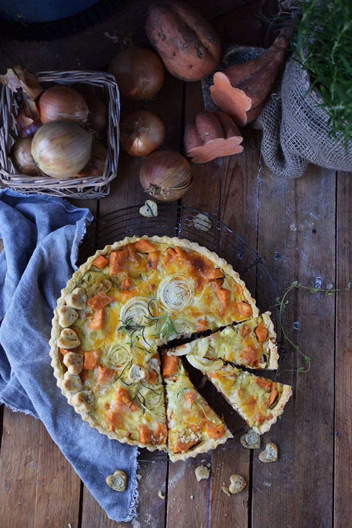 suesskartoffel-quiche-mit-karamellisierten-zwiebeln-und-butterschmalz-cheddar-boden-31