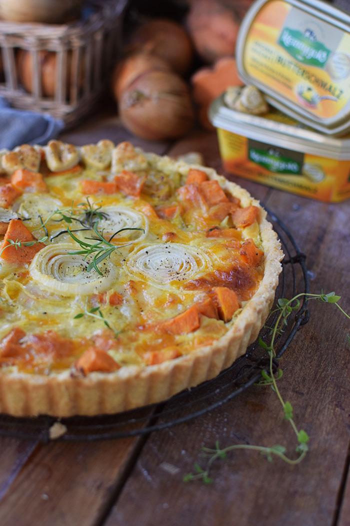 suesskartoffel-quiche-mit-karamellisierten-zwiebeln-und-butterschmalz-cheddar-boden-4