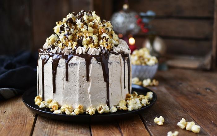 Zimt-Karamell-Popcorn-Weihnachtstorte (Werbung)