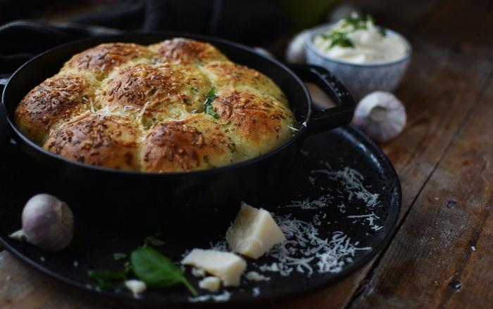 Knoblauchbrötchen und Aioli ohne Ei