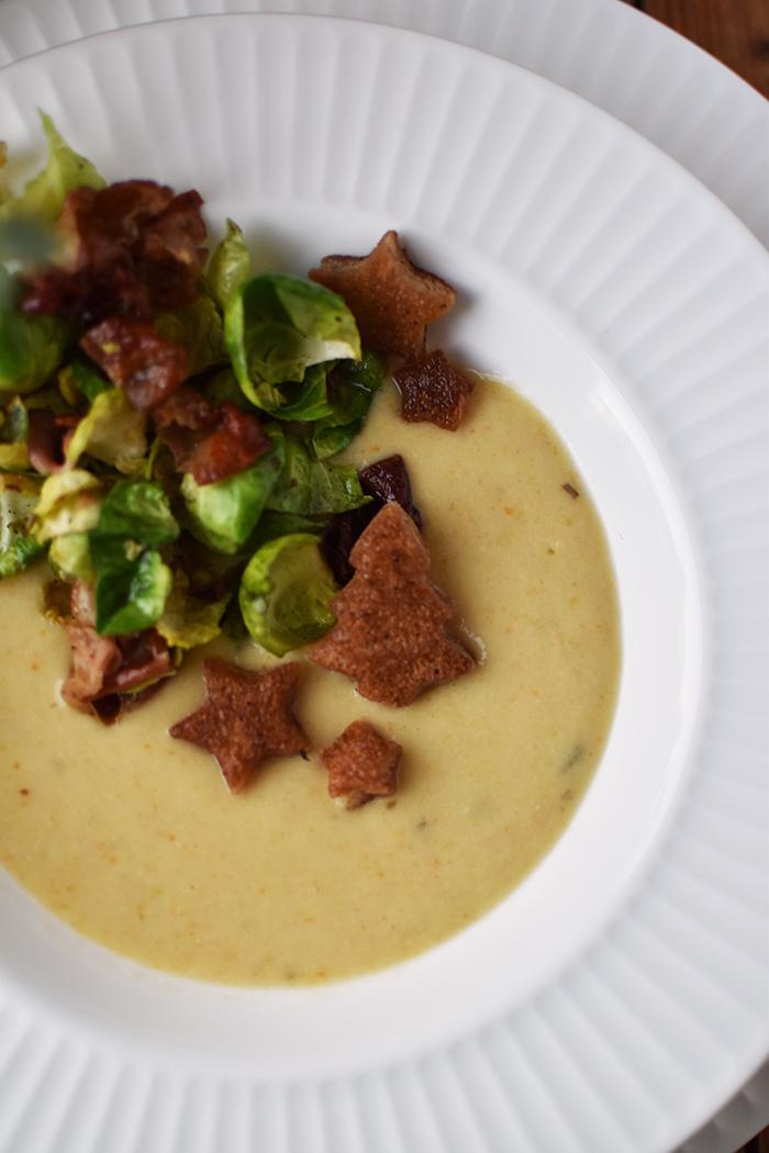 pastinaken-creme-suppe-mit-gebratenem-rosenkohl-und-croutons-20