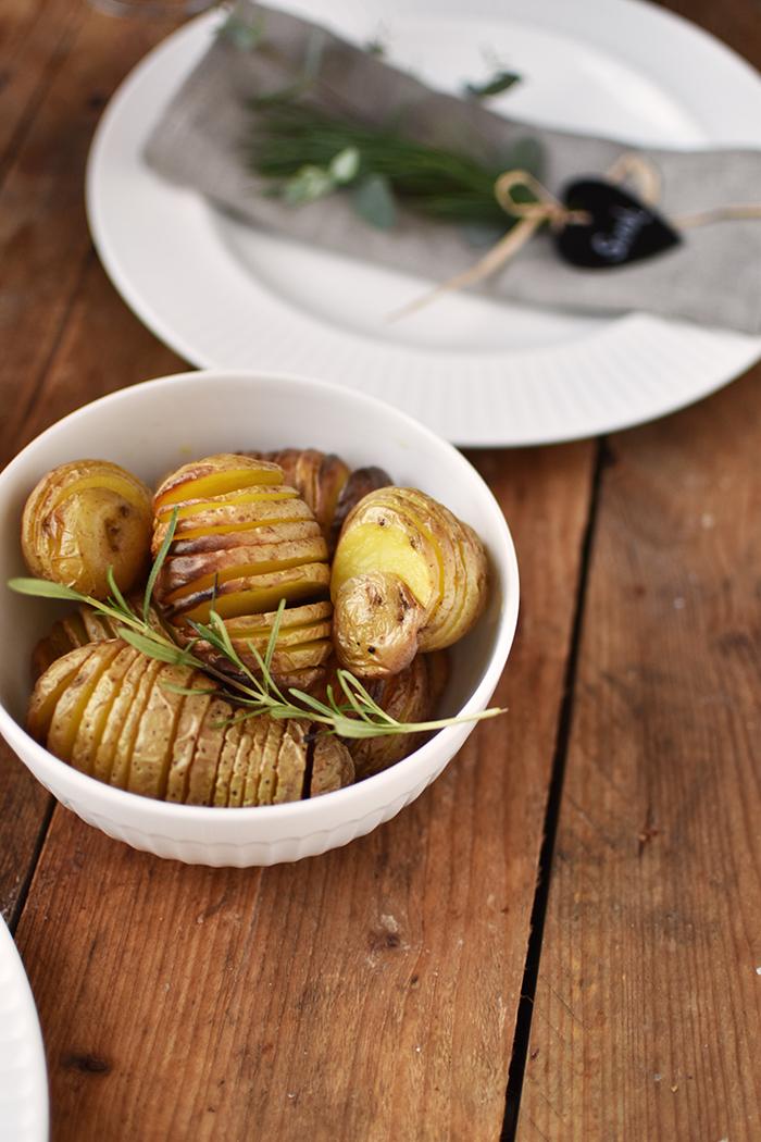 rinderfilet-mit-knusper-kraeuter-kruste-und-hasselback-kartoffeln-2