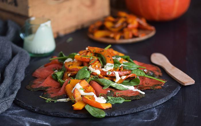 Spinat Lachs Salat: Frischer Wintergenuss mit Kürbisspalten