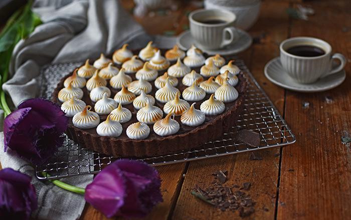 Schokoladen-Tarte mit Kirschkern und Marshmallow-Tupfen
