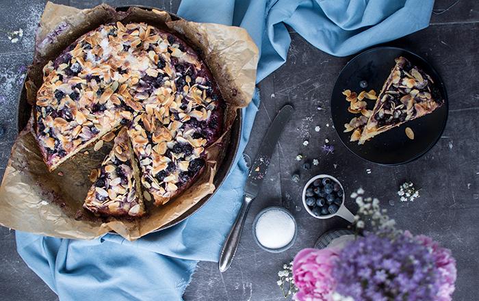 Blaubeer-Butterkuchen mit Mandeln: Glück ist backbar