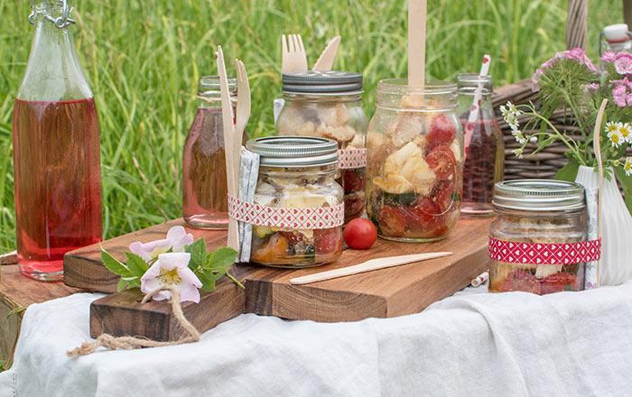 Brotsalat im Glas: ein Picknick im Grünen