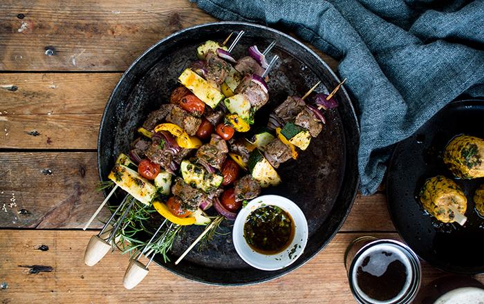 Grillspieße mit Kräuter-Chili-Marinade: Mais und Rinderfilet