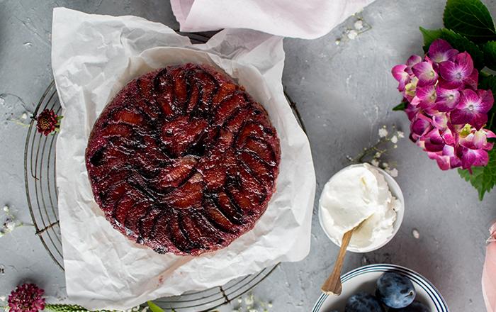 Karamellisierter-Pflaumen-Upside-Down-Kuchen