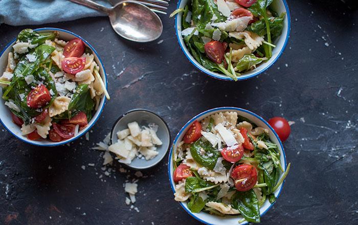 Pasta-Spinat-Salat mit Knobi-Parmesan-Sauce