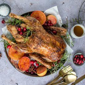 Entenbraten mit Apfel und Glühweinrotkohl: traditionelles Weihnachtsessen