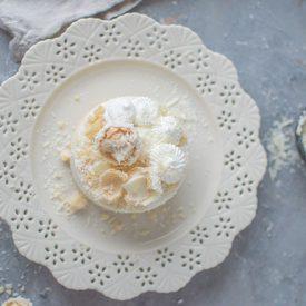 White Chocolate Kokos Cheesecake mit Mandelcrunch-Boden