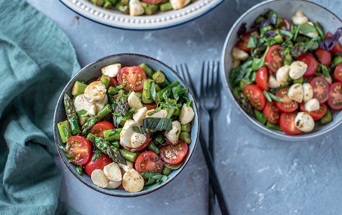 Caprese Salat mit geröstetem Spargel: Herzhaftes Frühlingsglück