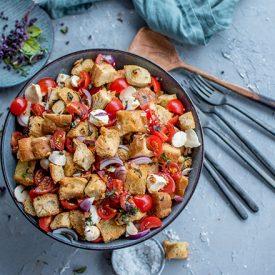 Mediterraner Brotsalat mit Tomate-Mozzarella: eine würzige Grillbeilage