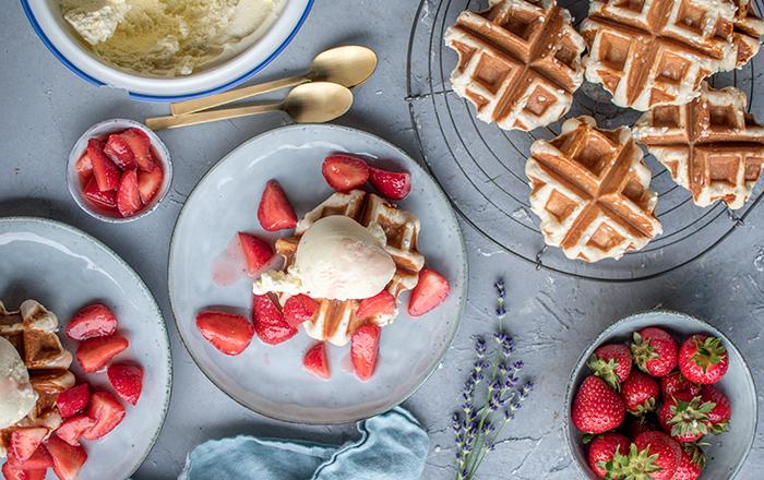 Hefewaffeln, Cheesecake-Eis und marinierte Erdbeeren
