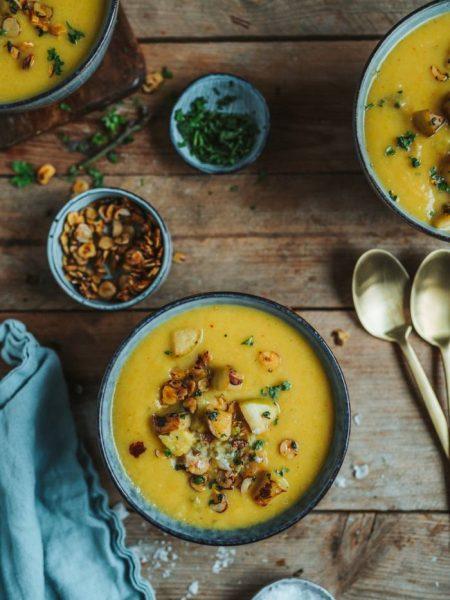 Apfel-Pastinaken-Suppe mit Apfel-Haselnuss-Crunch