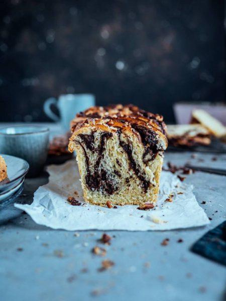 Brioche-Brownie-Babka mit karamellisierten Zimt-Pekannüssen
