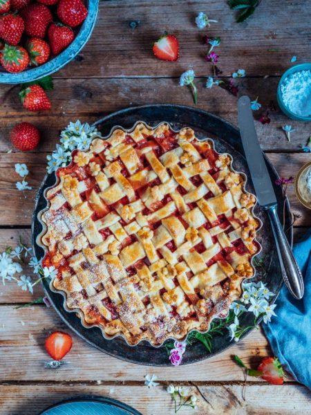 Erdbeer-Rhabarber-Pie: ein kleines Frühlingskörbchen zum Naschen