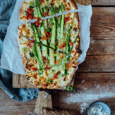 Flammkuchen mit Spargel: Schnell gemachtes Knusper-Soulfood