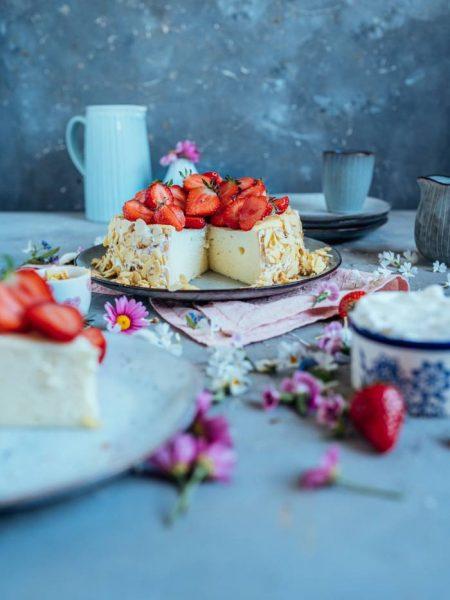 Quark-Griess-Kuchen ohne Boden aber mit Erdbeeren